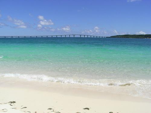 前浜ビーチから見た来間大橋