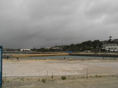 風が吹き荒れる平良港